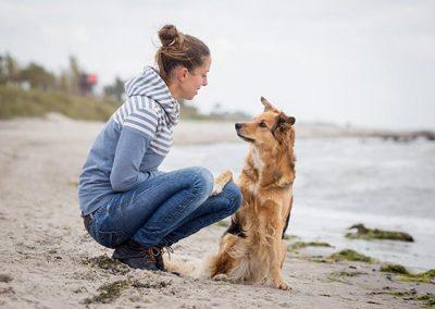 Bettina Hinte-Breindl und Emma am Strand